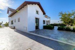 Вид на виллу/дом снаружи. Кипр, Ионион - Айя Текла : Шикарная вилла с 4-мя спальнями, просторным меблированным балконом с потрясающим видом на окрестности, с бассейном, тенистой террасой с патио, каменным барбекю, расположена около красивой гавани Potamos