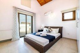 Спальня. Кипр, Ионион - Айя Текла : Шикарная вилла с 4-мя спальнями, просторным меблированным балконом с потрясающим видом на окрестности, с бассейном, тенистой террасой с патио, каменным барбекю, расположена около красивой гавани Potamos