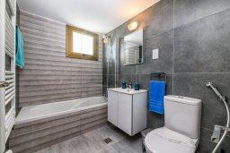 Ванная комната 2. Кипр, Ионион - Айя Текла : Шикарная вилла с 4-мя спальнями, просторным меблированным балконом с потрясающим видом на окрестности, с бассейном, тенистой террасой с патио, каменным барбекю, расположена около красивой гавани Potamos
