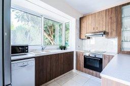 Кухня. Кипр, Гермасойя Лимассол : Очаровательная вилла с 3-мя спальнями, с бассейном, солнечной террасой с патио, в окружении зелёного сада, расположена около пляжа Dasoudi Beach