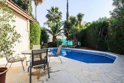 Зона отдыха у бассейна. Кипр, Гермасойя Лимассол : Очаровательная вилла с 3-мя спальнями, с бассейном, солнечной террасой с патио, в окружении зелёного сада, расположена около пляжа Dasoudi Beach