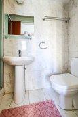 Ванная комната. Кипр, Гермасойя Лимассол : Очаровательная вилла с 3-мя спальнями, с бассейном, солнечной террасой с патио, в окружении зелёного сада, расположена около пляжа Dasoudi Beach