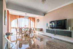 Гостиная. Кипр, Гермасойя Лимассол : Потрясающий апартамент с видом на Средиземное море, с 3-мя спальнями, расположен в комплексе с общим бассейном и зелёным садом