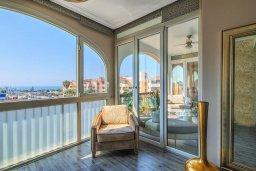 Балкон. Кипр, Гермасойя Лимассол : Потрясающий апартамент с видом на Средиземное море, с 3-мя спальнями, расположен в комплексе с общим бассейном и зелёным садом