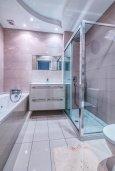 Ванная комната. Кипр, Гермасойя Лимассол : Потрясающий апартамент с видом на Средиземное море, с 3-мя спальнями, расположен в комплексе с общим бассейном и зелёным садом