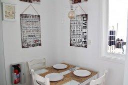 Обеденная зона. Кипр, Гермасойя Лимассол : Просторный апартамент с потрясающим видом на Средиземное море, с 3-мя спальнями, расположен на побережье в комплексе с общим и детским бассейном