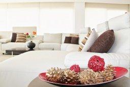 Гостиная. Кипр, Гермасойя Лимассол : Просторный апартамент с потрясающим видом на Средиземное море, с 3-мя спальнями, расположен на побережье в комплексе с общим и детским бассейном