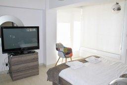 Спальня. Кипр, Гермасойя Лимассол : Просторный апартамент с потрясающим видом на Средиземное море, с 3-мя спальнями, расположен на побережье в комплексе с общим и детским бассейном