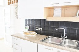 Кухня. Кипр, Гермасойя Лимассол : Просторный апартамент с потрясающим видом на Средиземное море, с 3-мя спальнями, расположен на побережье в комплексе с общим и детским бассейном