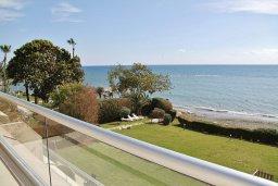 Вид на море. Кипр, Гермасойя Лимассол : Просторный апартамент с потрясающим видом на Средиземное море, с 3-мя спальнями, расположен на побережье в комплексе с общим и детским бассейном