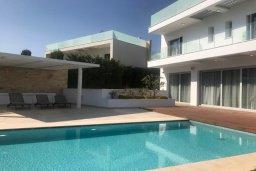 Бассейн. Кипр, Пиргос : Роскошная вилла с панорамным видом на Средиземное море, с 4-мя спальнями, с бассейном, солнечной террасой, в окружении зелёного сада, расположена в районе Pyrgos всего в 30 метрах от пляжа