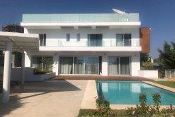 Вид на виллу/дом снаружи. Кипр, Пиргос : Роскошная вилла с панорамным видом на Средиземное море, с 4-мя спальнями, с бассейном, солнечной террасой, в окружении зелёного сада, расположена в районе Pyrgos всего в 30 метрах от пляжа