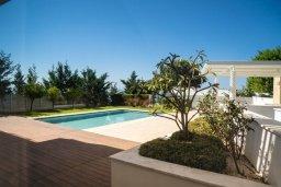 Территория. Кипр, Пиргос : Роскошная вилла с панорамным видом на Средиземное море, с 4-мя спальнями, с бассейном, солнечной террасой, в окружении зелёного сада, расположена в районе Pyrgos всего в 30 метрах от пляжа