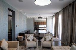 Гостиная. Кипр, Пиргос : Роскошная вилла с панорамным видом на Средиземное море, с 4-мя спальнями, с бассейном, солнечной террасой, в окружении зелёного сада, расположена в районе Pyrgos всего в 30 метрах от пляжа