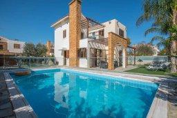 Вид на виллу/дом снаружи. Кипр, Ионион - Айя Текла : Очаровательная вилла с 3-мя спальнями, с бассейном, тенистой террасой с патио и барбекю, в окружении зелёного сада, расположена в 100 метрах от пляжа