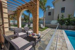 Терраса. Кипр, Ионион - Айя Текла : Очаровательная вилла с 3-мя спальнями, с бассейном, тенистой террасой с патио и барбекю, в окружении зелёного сада, расположена в 100 метрах от пляжа