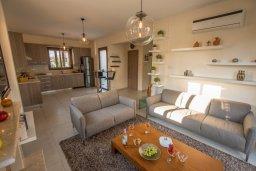 Гостиная. Кипр, Ионион - Айя Текла : Очаровательная вилла с 3-мя спальнями, с бассейном, тенистой террасой с патио и барбекю, в окружении зелёного сада, расположена в 100 метрах от пляжа