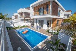 Вид на виллу/дом снаружи. Кипр, Пернера Тринити : Современная вилла с 3-мя спальнями, с бассейном, солнечной террасой с патио и барбекю, расположена недалеко от пляжа Agia Triadа Beach