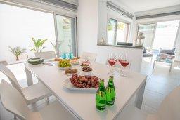 Обеденная зона. Кипр, Пернера Тринити : Современная вилла с 3-мя спальнями, с бассейном, солнечной террасой с патио и барбекю, расположена недалеко от пляжа Agia Triadа Beach