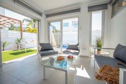 Гостиная. Кипр, Пернера Тринити : Современная вилла с 3-мя спальнями, с бассейном, солнечной террасой с патио и барбекю, расположена недалеко от пляжа Agia Triadа Beach