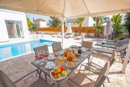 Терраса. Кипр, Ионион - Айя Текла : Прекрасная вилла с 4-мя спальнями, с бассейном, солнечной террасой с патио и барбекю, расположена в тихом жилом районе Айя-Текла
