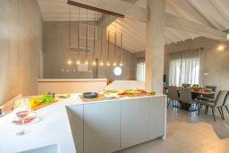 Кухня. Кипр, Коннос Бэй : Шикарная вилла с видом на Средиземное море, с 5-ю спальнями, с бассейном с джакузи, в окружении зелёного сада с фруктовыми деревьями, тенистой террасой на крыше, расположена недалеко от пляжа Konnos Bay Beach