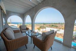 Терраса. Кипр, Коннос Бэй : Шикарная вилла с видом на Средиземное море, с 5-ю спальнями, с бассейном с джакузи, в окружении зелёного сада с фруктовыми деревьями, тенистой террасой на крыше, расположена недалеко от пляжа Konnos Bay Beach