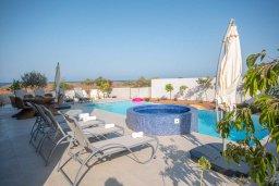 Бассейн. Кипр, Коннос Бэй : Шикарная вилла с видом на Средиземное море, с 5-ю спальнями, с бассейном с джакузи, в окружении зелёного сада с фруктовыми деревьями, тенистой террасой на крыше, расположена недалеко от пляжа Konnos Bay Beach