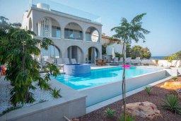 Вид на виллу/дом снаружи. Кипр, Коннос Бэй : Шикарная вилла с видом на Средиземное море, с 5-ю спальнями, с бассейном с джакузи, в окружении зелёного сада с фруктовыми деревьями, тенистой террасой на крыше, расположена недалеко от пляжа Konnos Bay Beach