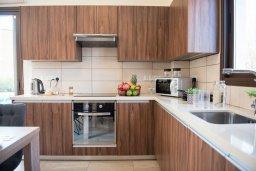Кухня. Кипр, Ионион - Айя Текла : Прекрасная вилла с 3-мя спальнями, с бассейном, солнечной террасой с патио и барбекю, расположена в закрытом жилом комплексе на берегу моря в Ayia Thekla