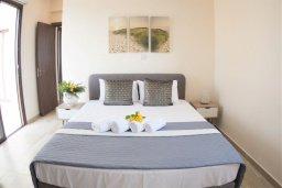 Спальня. Кипр, Ионион - Айя Текла : Прекрасная вилла с 3-мя спальнями, с бассейном, солнечной террасой с патио и барбекю, расположена в закрытом жилом комплексе на берегу моря в Ayia Thekla