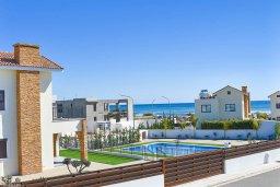 Вид на море. Кипр, Ионион - Айя Текла : Прекрасная вилла с 3-мя спальнями, с бассейном, солнечной террасой с патио и барбекю, расположена в закрытом жилом комплексе на берегу моря в Ayia Thekla