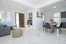 Гостиная. Кипр, Каппарис : Современная вилла с видом на Средиземное море, с 3-мя спальнями, с бассейном, солнечной террасой с патио и барбекю, расположена в 600 метрах от пляжа Armyropigado Beach