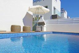 Бассейн. Кипр, Нисси Бич : Потрясающая вилла с 3-мя спальнями, с бассейном, солнечной террасой на крыше и барбекю, расположена в 500 метрах от пляжа Sandy Bay Beach