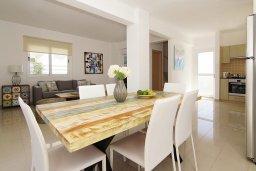 Обеденная зона. Кипр, Нисси Бич : Потрясающая вилла с 3-мя спальнями, с бассейном, солнечной террасой на крыше и барбекю, расположена в 500 метрах от пляжа Sandy Bay Beach