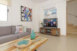 Гостиная. Кипр, Нисси Бич : Потрясающая вилла с 3-мя спальнями, с бассейном, солнечной террасой на крыше и барбекю, расположена в 500 метрах от пляжа Sandy Bay Beach