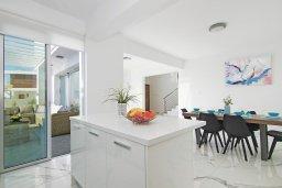Кухня. Кипр, Центр Айя Напы : Современная вилла с видом на Средиземное море, с 3-мя спальнями, с бассейном, патио, барбекю и террасой на крыше с летней кухней