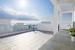 Терраса. Кипр, Центр Айя Напы : Современная вилла с видом на Средиземное море, с 3-мя спальнями, с бассейном, патио, барбекю и террасой на крыше с летней кухней