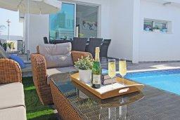 Зона отдыха у бассейна. Кипр, Каппарис : Потрясающая вилла с видом на Средиземное море, с 3-мя спальнями, тенистой террасой с патио, lounge-зоной  и барбекю, расположена в 600 метрах от пляжа Armyropigado Beach