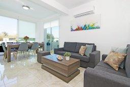Гостиная. Кипр, Каппарис : Потрясающая вилла с видом на Средиземное море, с 3-мя спальнями, тенистой террасой с патио, lounge-зоной  и барбекю, расположена в 600 метрах от пляжа Armyropigado Beach