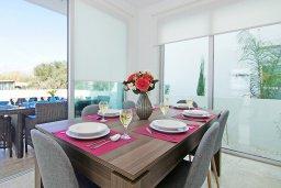 Обеденная зона. Кипр, Каппарис : Потрясающая вилла с видом на Средиземное море, с 3-мя спальнями, тенистой террасой с патио, lounge-зоной  и барбекю, расположена в 600 метрах от пляжа Armyropigado Beach