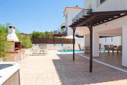 Территория. Кипр, Айос Элиас : Очаровательная вилла с видом на Средиземное море, с 2-мя спальнями, с бассейном, джакузи, тенистой террасой с патио и каменным барбекю, расположена в районе Profitis Elias Hill