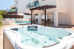 Развлечения и отдых на вилле. Кипр, Айос Элиас : Очаровательная вилла с видом на Средиземное море, с 2-мя спальнями, с бассейном, джакузи, тенистой террасой с патио и каменным барбекю, расположена в районе Profitis Elias Hill