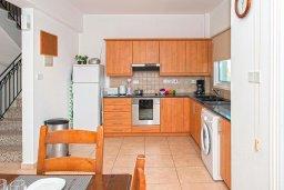 Кухня. Кипр, Айос Элиас : Очаровательная вилла с видом на Средиземное море, с 2-мя спальнями, с бассейном, джакузи, тенистой террасой с патио и каменным барбекю, расположена в районе Profitis Elias Hill