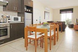 Обеденная зона. Кипр, Каппарис : Комфортабельный апартамент с 2-мя спальнями, гостиной и просторный балконом, расположен в знаменитом районе Каппарис, в 500 метрах от пляжа Malama beach