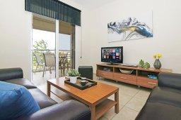 Гостиная. Кипр, Каппарис : Комфортабельный апартамент с 2-мя спальнями, гостиной и просторный балконом, расположен в знаменитом районе Каппарис, в 500 метрах от пляжа Malama beach