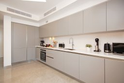 Кухня. Кипр, Ионион - Айя Текла : Шикарный апартамент с панорамным видом на Средиземное море, с 3-мя спальнями, расположен в 100 метрах от песчаного пляжа Ayia Thekla Golden Sandy Beach