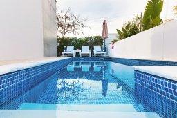 Бассейн. Кипр, Нисси Бич : Удивительная вилла с 3-мя спальнями, с бассейном, солнечной террасой с патио и барбекю, садом на крыше с панорамным видом, расположена в 500 метрах от пляжа Sandy Bay Beach