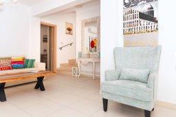 Гостиная. Кипр, Нисси Бич : Удивительная вилла с 3-мя спальнями, с бассейном, солнечной террасой с патио и барбекю, садом на крыше с панорамным видом, расположена в 500 метрах от пляжа Sandy Bay Beach