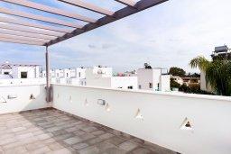 Терраса. Кипр, Нисси Бич : Удивительная вилла с 3-мя спальнями, с бассейном, солнечной террасой с патио и барбекю, садом на крыше с панорамным видом, расположена в 500 метрах от пляжа Sandy Bay Beach
